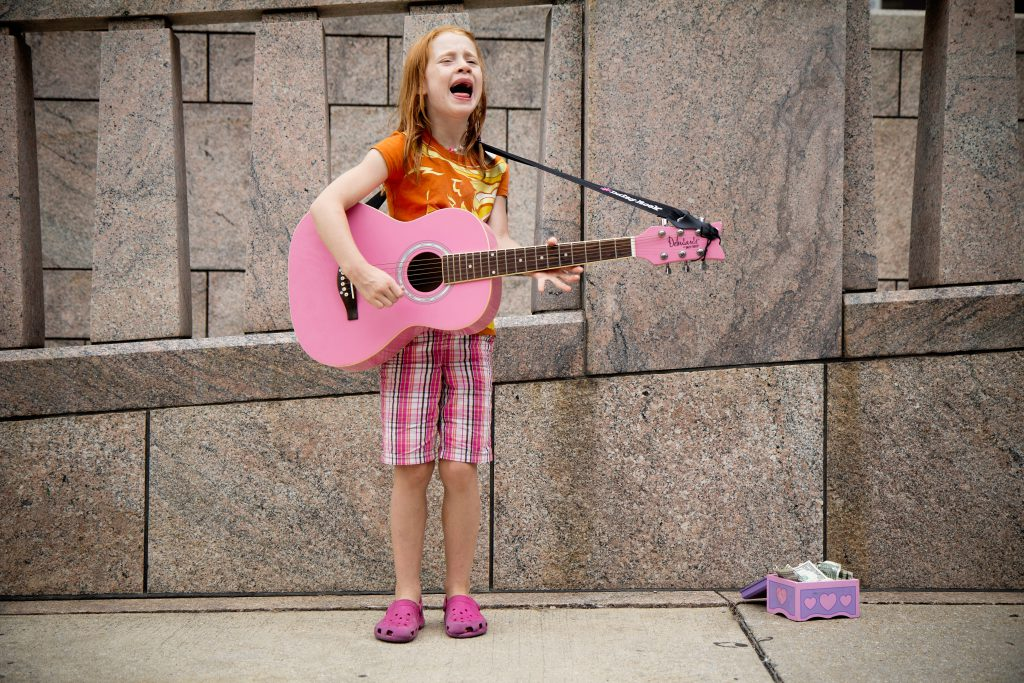 Have fun when moving with kids by singing